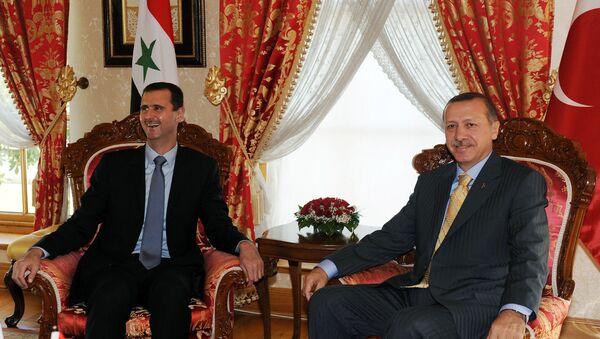Presidente de Siria, Bashar Asad, y presidente de Turquía, Recep Tayyip Erdogan, en una foto de archivo (septiembre de 2009) - Sputnik Mundo
