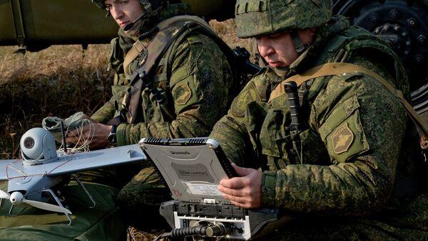 Militares rusos usan un dron - Sputnik Mundo
