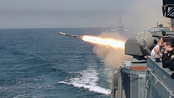 Un buque de la Armada rusa lanza un torpedo durante unas maniobras - Sputnik Mundo
