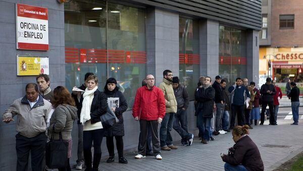La gente esperando al lado de la oficina de empleo - Sputnik Mundo