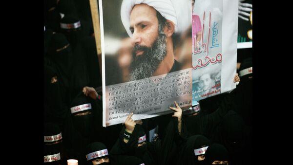 La imagén del clérigo chií Nimr Baqir al Nimr mostrada durante el funeral de tres chiíes atacados por las Fuerzas de Seguridad de Arabia Saudí, el 30 de septiembre de 2012 - Sputnik Mundo