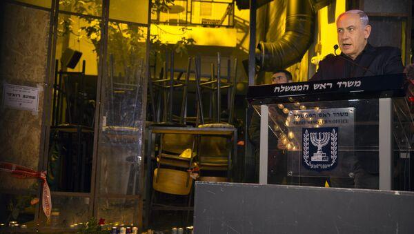 Benjamín Netanyahu, primer ministro de Israel, durante su visita al lugar del atentado en el centro de Tel Aviv - Sputnik Mundo