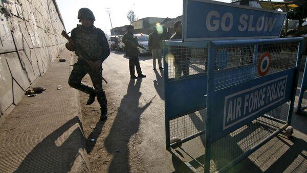 La policía está de guardia tras un ataque sobre las Fuerzas Aéreas Indias en la base de Pathankot el Saábado cerca de la frontera con Pakistan. El 2 de enero del 2016. - Sputnik Mundo