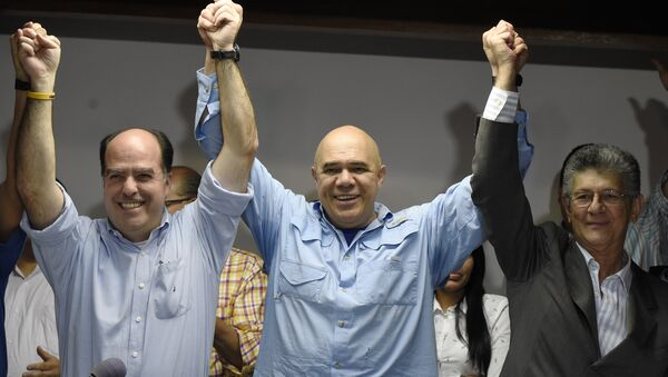 Jesús Torrealba, secretario ejecutivo de la MUD (centro), Julio Borges y Henry Ramos, diputados de la oposición venezolana - Sputnik Mundo