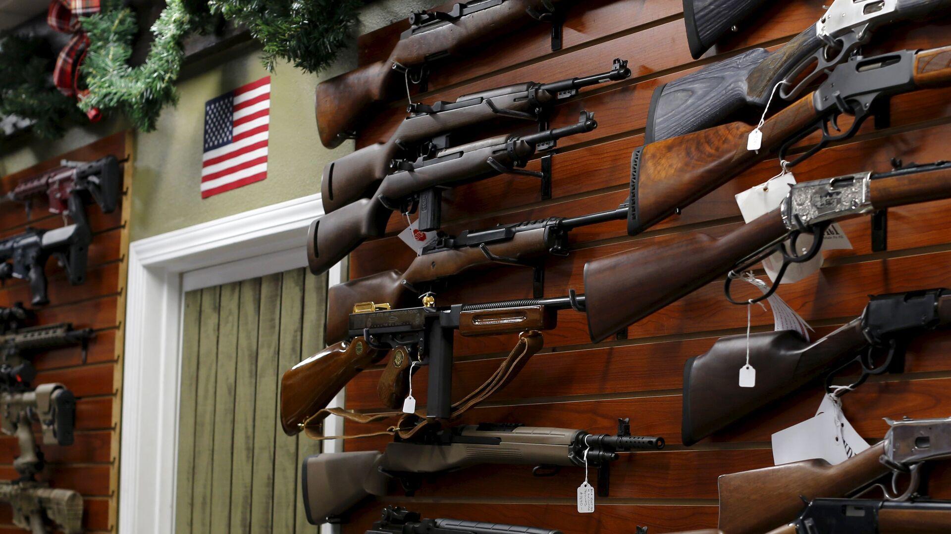 Firearms are shown for sale at the AO Sword gun store in El Cajon, California - Sputnik Mundo, 1920, 02.03.2021