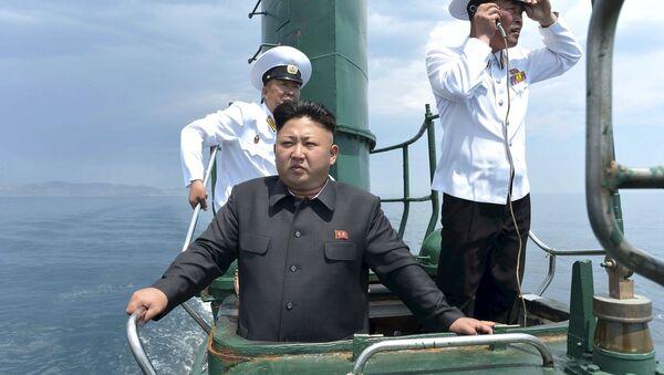 Kim Jong-un, líder de Corea del Norte, visita un submarino del Ejército Popular del país (Archivo) - Sputnik Mundo
