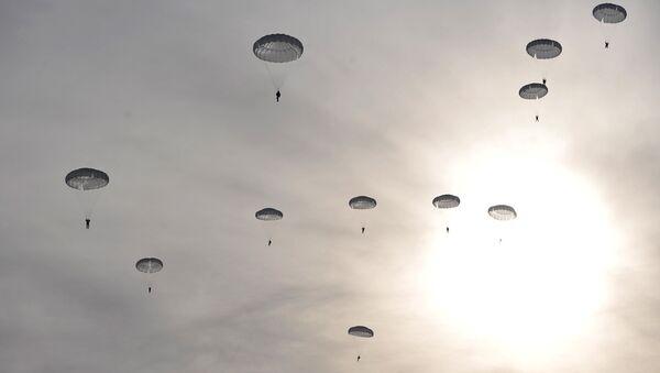 Paracaidistas militares rusos (arcivo) - Sputnik Mundo