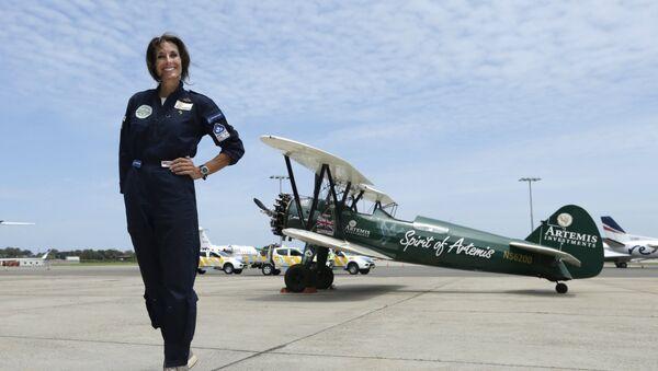 British aviator Tracey Curtis-Taylor celebrates her arrival at Sydney's International Airport in an open cockpit biplane - Sputnik Mundo