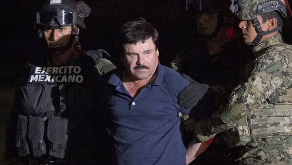 ALTERNATIVE CROP OF RLB111.- Mexican drug lord Joaquin El Chapo Guzman is escorted by army soldiers to a waiting helicopter, at a federal hangar in Mexico City, Friday, Jan. 8, 2016 - Sputnik Mundo