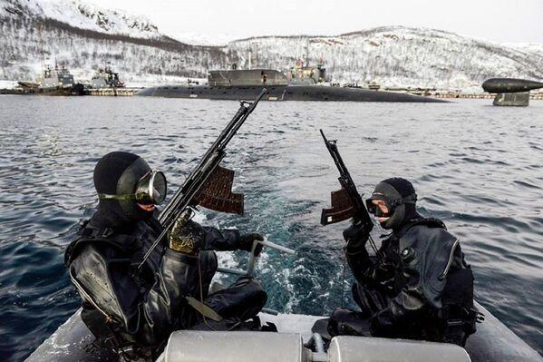 Las fuerzas submarinas de dicha flota entraron en acción contra supuestos terroristas. En uno de los puestos de mando se efectuó el primer entrenamiento del 2016. En el ejercicio tomaron parte diferentes unidades. - Sputnik Mundo