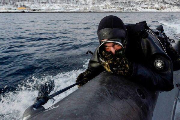 Un grupo de nadadores de combate realizó una búsqueda y neutralizó efectivos debajo del agua, ejecutando inmersiones desde lanchas en movimiento que iban a altas velocidades. - Sputnik Mundo