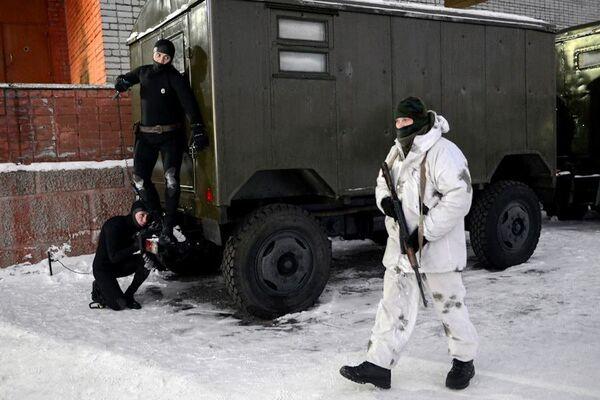 Buzos militares se desempeñaron como presuntos terroristas, que atacaban el puesto de mando de los submarinos, utilizando tanto armas blancas como de fuego. - Sputnik Mundo