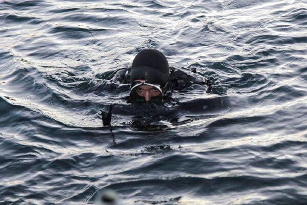 Nadador durante el entrenamiento militar. - Sputnik Mundo