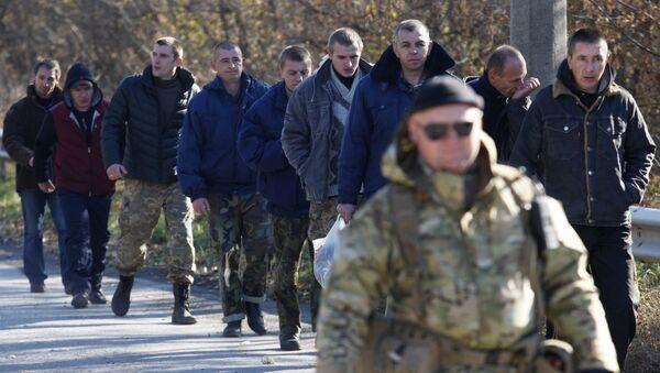 Ukrainian servicemen walk during their exchange in the small Ukrainian town of Schastya, Lugansk region on October 29, 2015.  - Sputnik Mundo