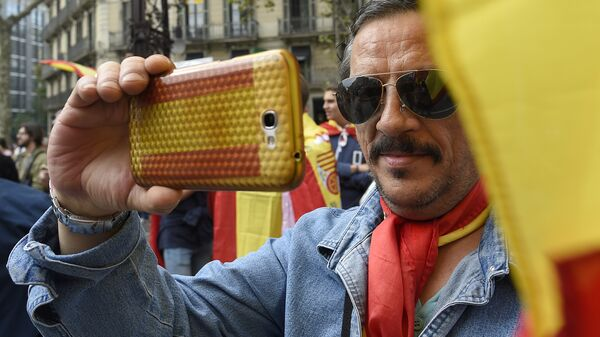 A man with a Spanish flag during a demonstration for the unity of Spain - Sputnik Mundo