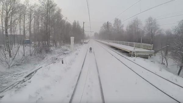 Esquiando detrás de un tren - Sputnik Mundo