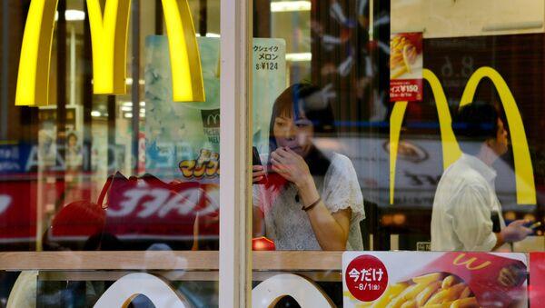 Una mujer en un restaurante McDonald's en Tokio (archivo) - Sputnik Mundo