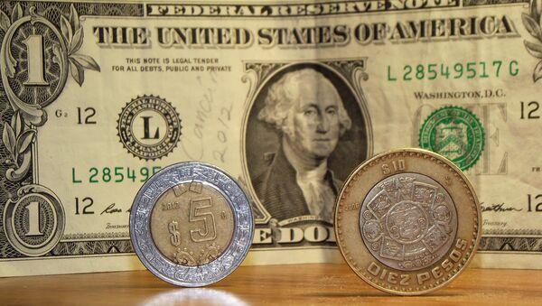 Pesos mexicanos y dólares de EEUU - Sputnik Mundo
