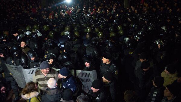 Los policías moldavos protegen el edificio del Parlamento contra los manifestantes en Chisinau - Sputnik Mundo