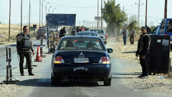 Egyptian police inspect cars at a checkpoint in North Sinai - Sputnik Mundo