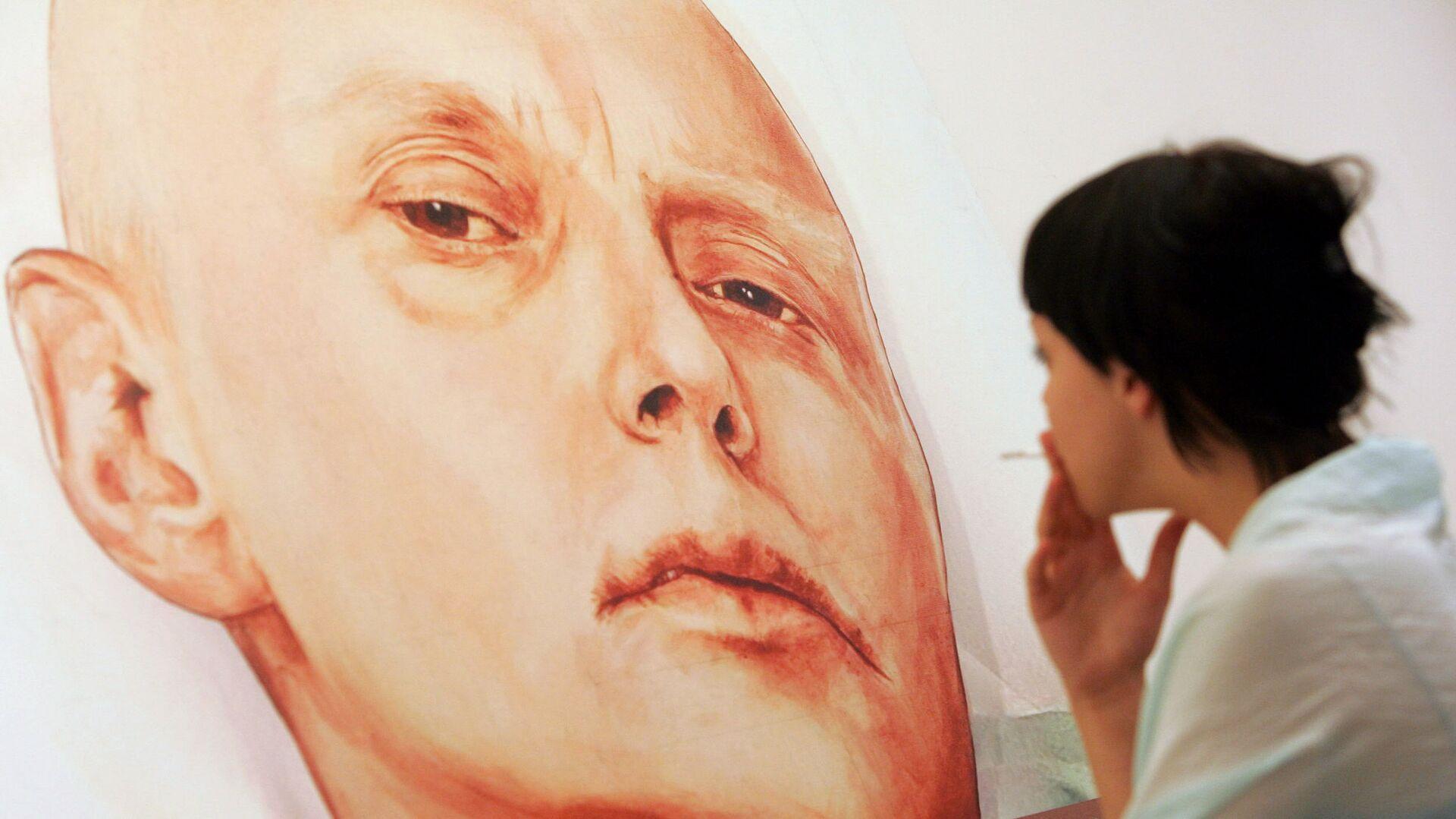 An art gallery visitor looks at a painting showing Alexander Litvinenko - Sputnik Mundo, 1920, 21.09.2021