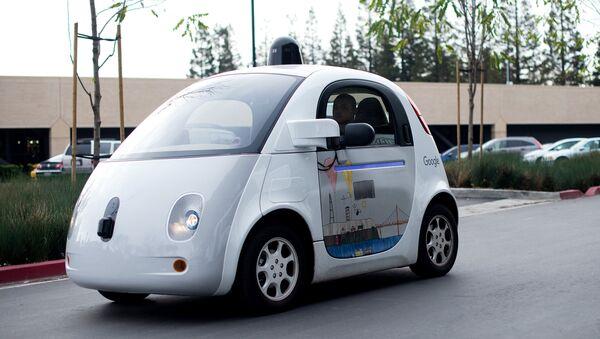 Un automóvil sin conductor cruza el parking de la sede de Google. - Sputnik Mundo