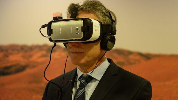 Mauricio Macri probando una realidad en Davos: foto colocada en su página oficial en Facebook - Sputnik Mundo