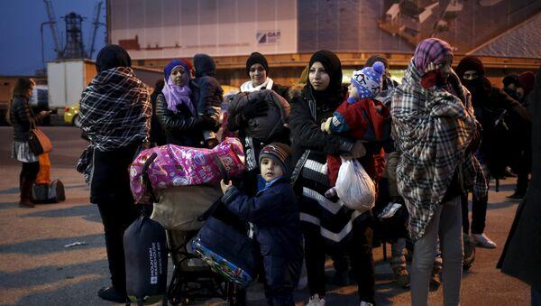 Refugiados e inmigrantes llegan a Grecia - Sputnik Mundo