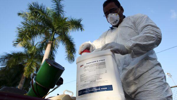 Un técnico de la salud prepara el insecticida - Sputnik Mundo