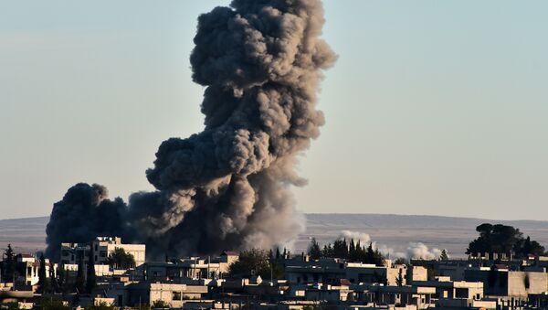 Un ataque aéreo realizado por la coalición encabezada por EEUU en Siria (archivo) - Sputnik Mundo