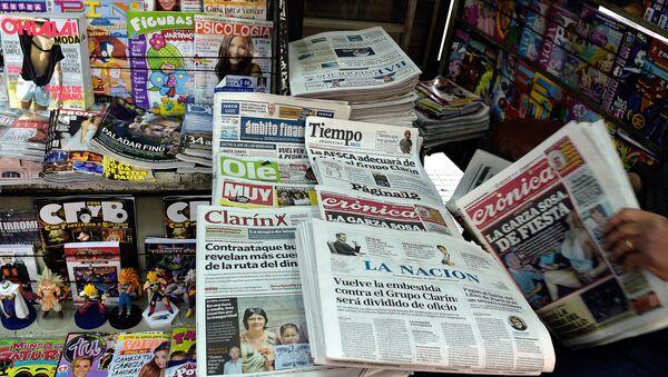 Diario Clarín en un quiosco de Buenos Aires - Sputnik Mundo