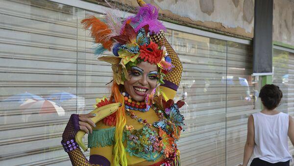 El precarnaval invade las calles de Brasil - Sputnik Mundo