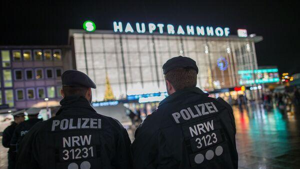 La policía en la plaza principal frente a la estación central de trenes donde ocurieron los asaltos de agresión sexual, robos y violación a mujeres en Colonia, Alemania - Sputnik Mundo
