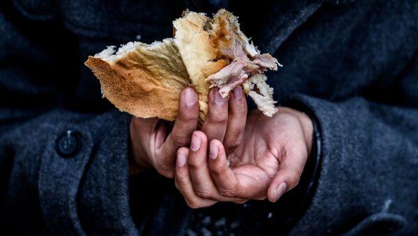 Niño refugiado come en un campo de refugiados improvisado en Turquía - Sputnik Mundo