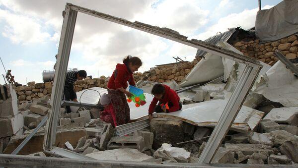 Niños palestinos buscan juguetes en los restos de su casa - Sputnik Mundo