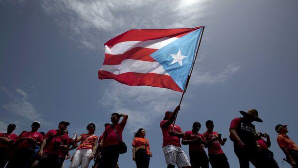 Un hombre con la bandera de Puerto Rico (archivo) - Sputnik Mundo