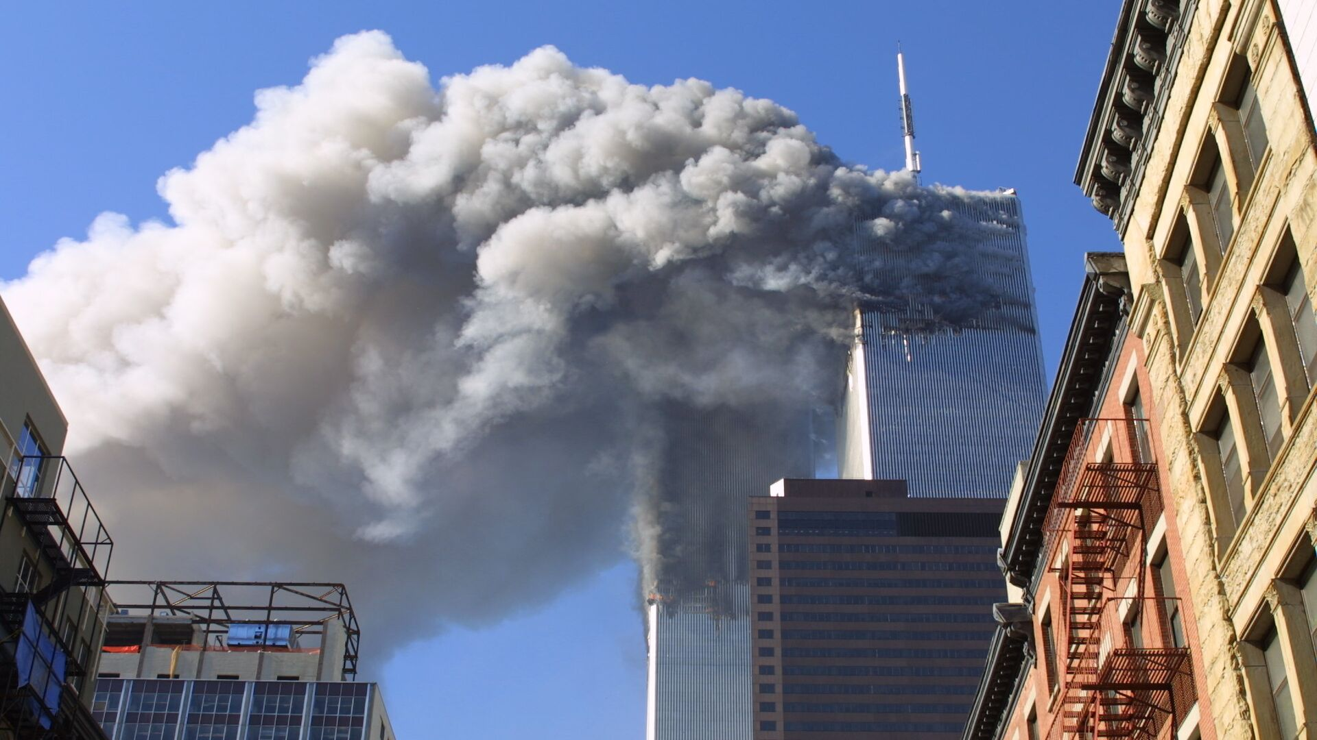 Twin towers of the World Trade Center burn after hijacked planes crashed into them in New York - Sputnik Mundo, 1920, 10.09.2021