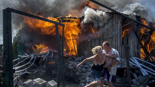 Consecuencias de los bombardeos aéreos en stanitsa Luganskaya - Sputnik Mundo