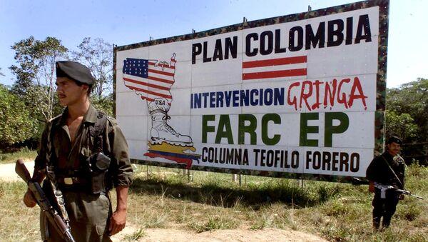 Miliciano de FARC cerca de una valla propagandística anti-EEUU (Archivo) - Sputnik Mundo