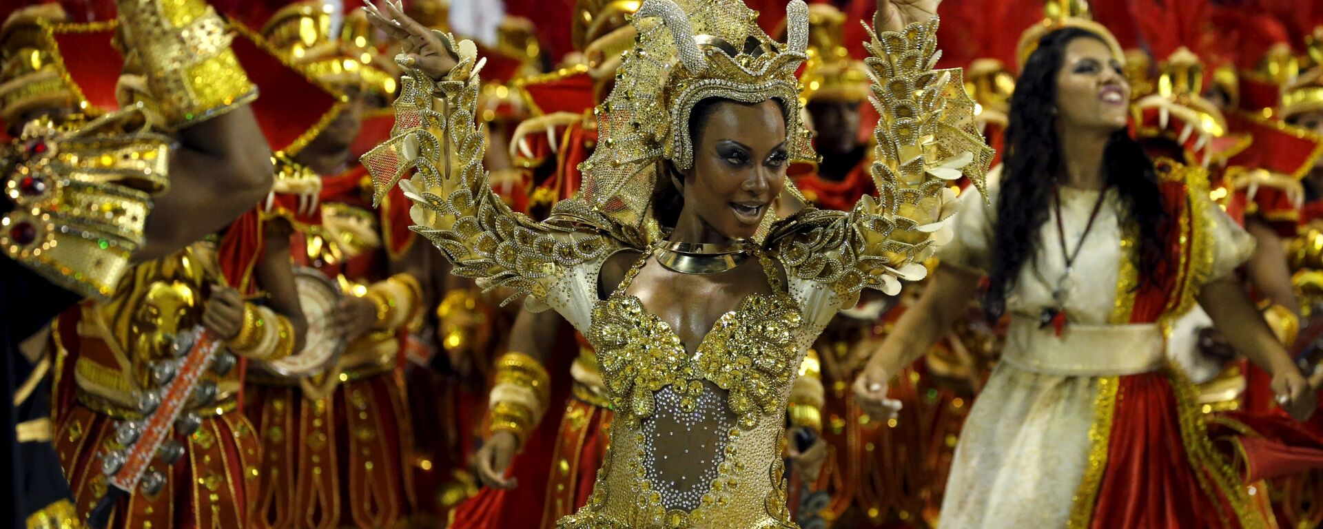 Estacio de Sa samba schooll's Drum Queen Luana Bandeira performs during the carnaval parade at the Sambadrome in Rio de Janeiro's Sambadrome February 7, 2016. - Sputnik Mundo, 1920, 04.10.2021