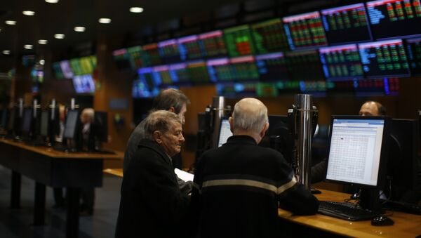 People check the stock information at the Stock Exchange in Barcelona, Spain, Thursday, Jan. 21, 2016. European stocks are edging higher ahead of a central bank meeting Thursday. - Sputnik Mundo
