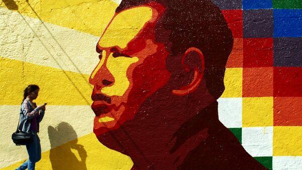 Graffiti con un retrato de Hugo Chávez - Sputnik Mundo