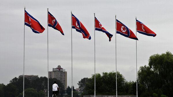 Banderas de Corea del Norte en Pyongyang - Sputnik Mundo