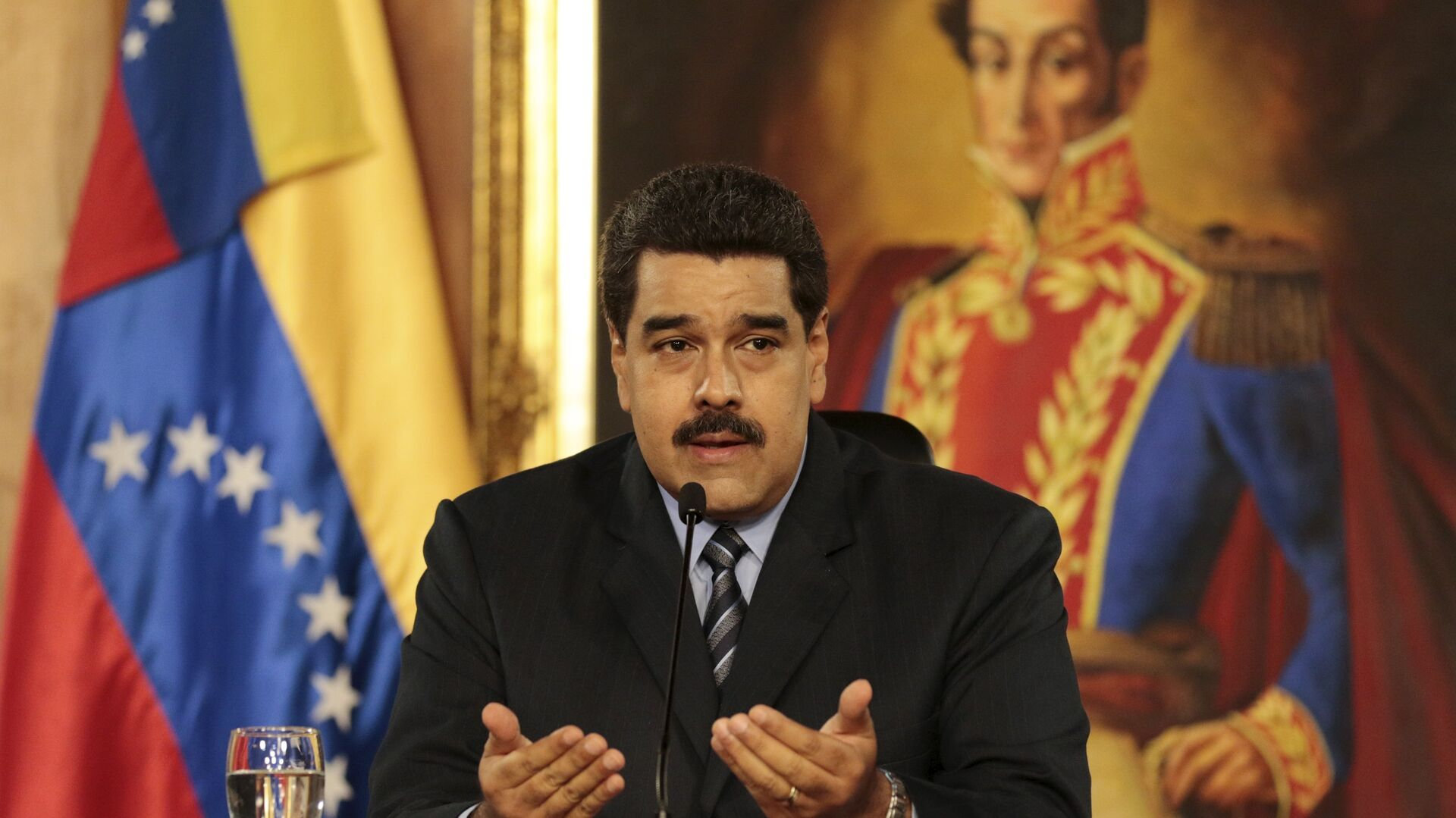 Venezuela's President Nicolas Maduro speaks during a meeting at Miraflores Palace, in front of a painting of South American revolutionary hero Simon Bolivar, in Caracas, in this handout picture provided by Miraflores Palace on February 17, 2016.  - Sputnik Mundo, 1920, 21.08.2021