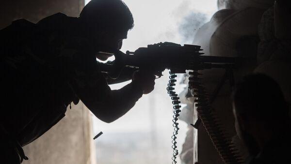 Soldado del Ejército sirio en una barrio de la ciudad de Alepo - Sputnik Mundo