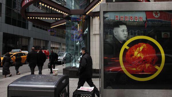 Un cartel en Nueva York, EEUU, contra el desarrollo de armas nucleares por Corea del Norte - Sputnik Mundo