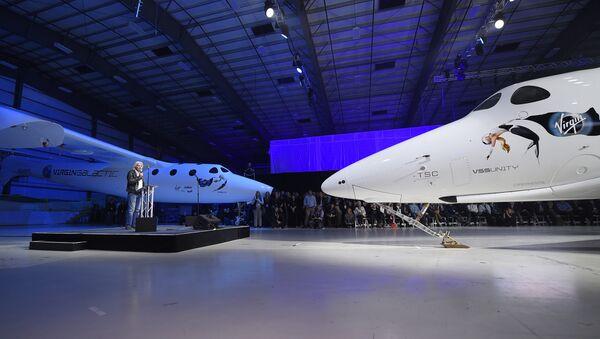 Sir Richard Branson, fundador del Grupo Virgin, junto a la nave espacial tripulada SpaceShipTwo (archivo) - Sputnik Mundo