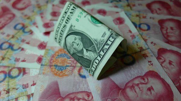 Yuanes chinos y un dólar estadounidense (archivo) - Sputnik Mundo