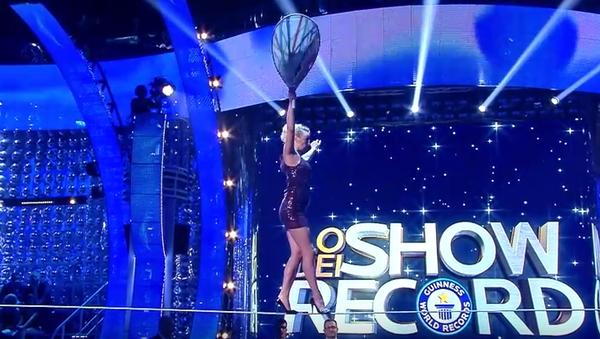 Superwoman: Actriz rusa camina en tacones a la altura de 15 metros - Sputnik Mundo