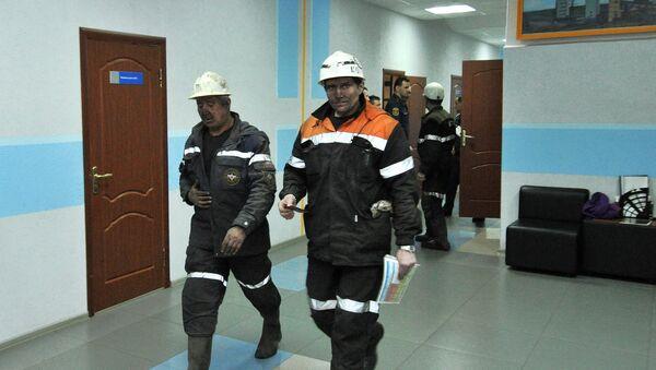 Equipos de rescate en el edificio de la mina Sévernaya, Vorkutá - Sputnik Mundo